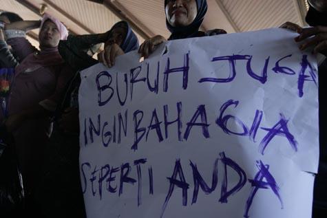 Puluhan buruh di Banda Aceh melakukan aksi unjuk rasa memperingati hari buruh Internasional atau May Day di kantor gubernur, Selasa (1/5). Buruh menuntut pemerintah menekan pengusaha untukmembayar upah diatas Rp1,4 juta sesuat UMP Banda Aceh.