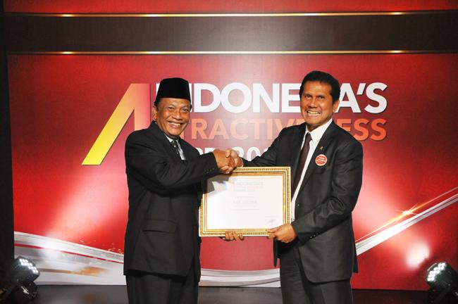 Bupati Gresik Dr. Ir. H. Sambari Halim Radianto,ST.M.Si (kiri) saat menerima penghargaan Indonesia's Attractiveness Award 2016 dari Menpan RB Asman Abnur. Kamis (22/9/2016)