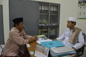 Hariyanto dari kabargresik.com bersama K.H. Mansoer Sodiq Ketua MUI Kabupaten Gresik . (foto: Rudi/kabargresik.com)