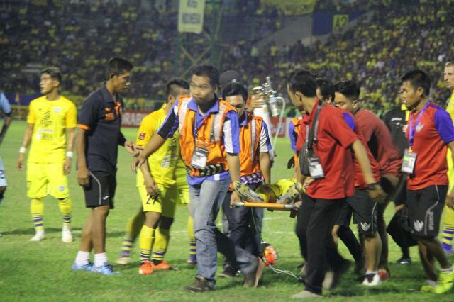 Persegres harus bermain dengan 10 pemain setelah Wismoyo Widhistio harus dilarikan ke rumah sakit akibat berbenturan dengan Dendi Sulistyawan. (Foto: Sutikhon/kabargresik.com)