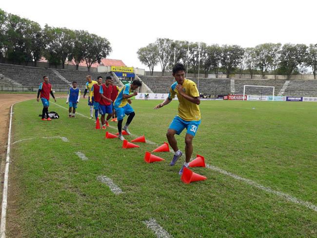 pemain Persegres sedang berlatih di Stadion Tri Dharma, Gresik