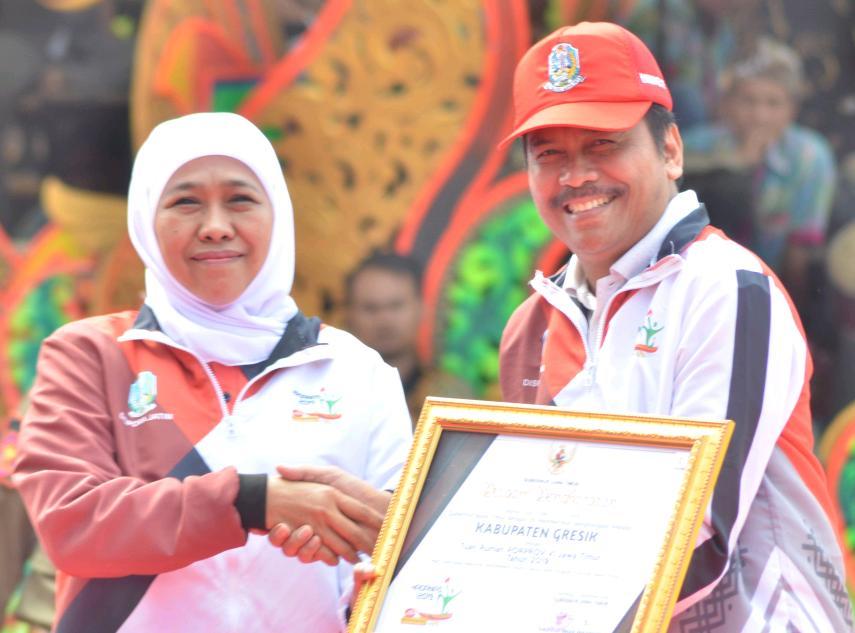 M Qosim saat menerima penghargaan dari gubernur Jawa Timur Khofifah Indar parawansa ada acara peringatan hari olahraga Nasional 2019 di Madura